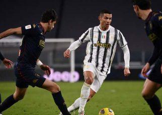 Ronaldo nhảy múa với trái bóng trước hậu vệ Genoa
