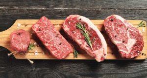 Chà đều gia vị trên bề mặt miếng thịt bò